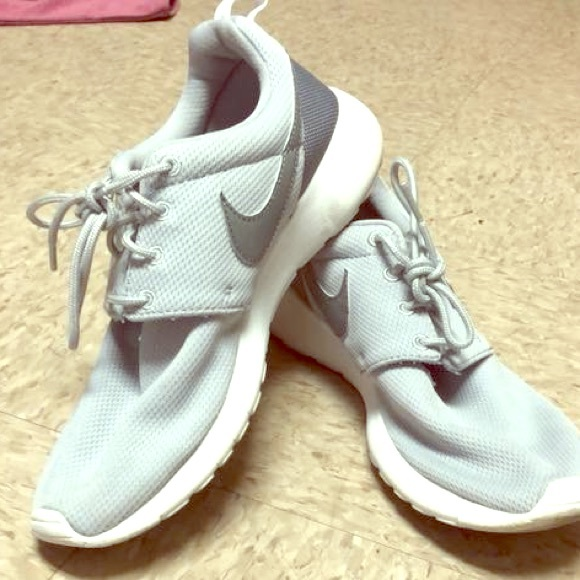 Boys Nike Roshes